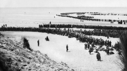 Żołnierze czekający na ewakuację na plaży pod Dunkierką