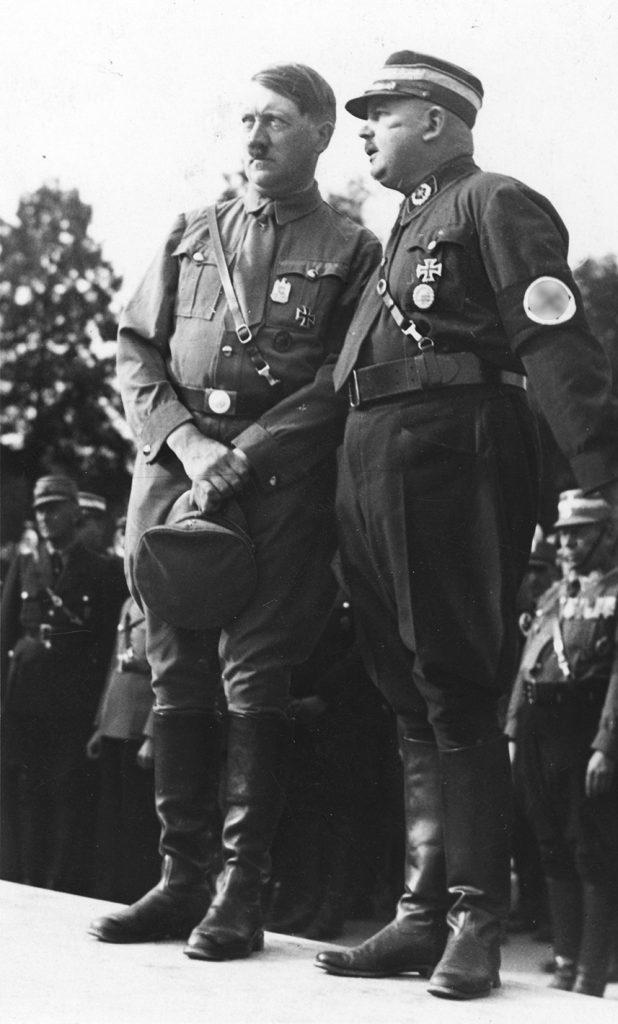 Adolf Hitler i Ernst Röhm na zdjęciu wykonanym w 1933 roku (Bundesarchiv/CC-BY-SA 3.0).).