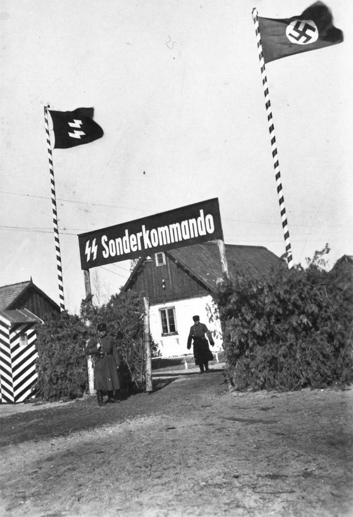 Brama obozu w Sobiborze. Fotografia z 1943 roku.