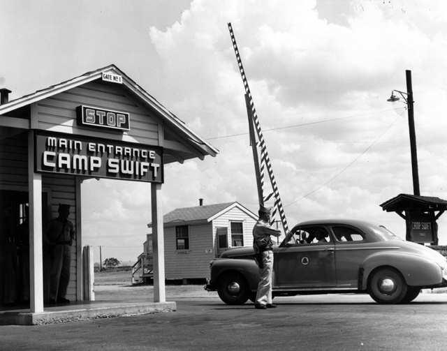 Brama wjazdowa obozu jenieckiego Camp Swift w Teksasie. Sierpień 1944 roku.
