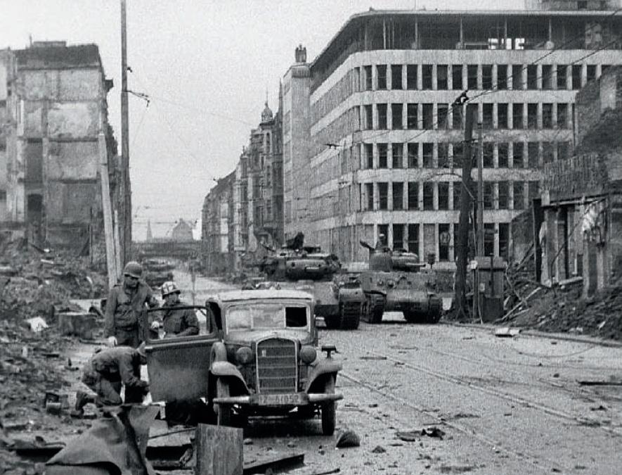 Czołgi Pershing i Sherman z 3. Dywizji Pancenrej podczas walk o Kolonię. Zdjęcie z książki Szpica (materiały prasowe).