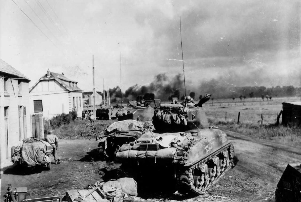 Czołgi amerykańskiej 3 Dywizji Pancernej w trakcie walk w rejonie Mons (domena publiczna).