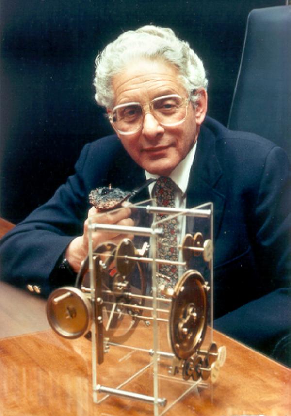 Derek de Solla Price ze stworzonym przez siebie modelem mechanizmu z Antykithiry. Zdjęcie z 1982 roku (domena publiczna).