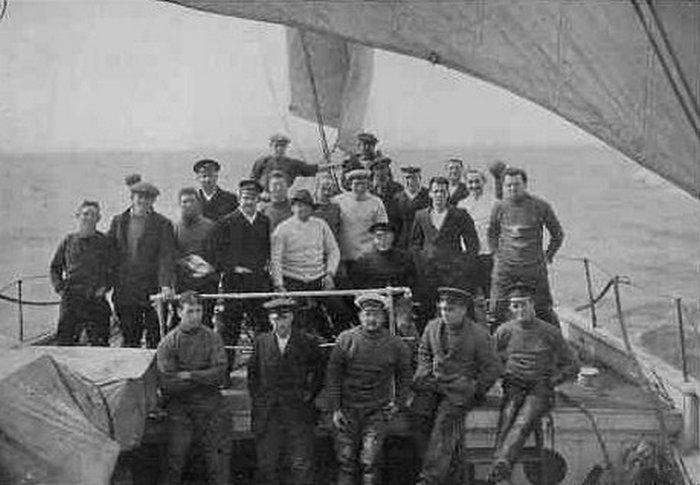 Ernest Shackleton i jego załoga na pokładzie Endurance (Frank Hurley/domena publiczna).