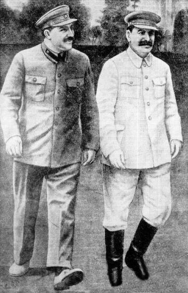 Kaganowicz (po lewej) i Stalin na zdjęciu z początku lat 30. XX wieku (domena publiczna).