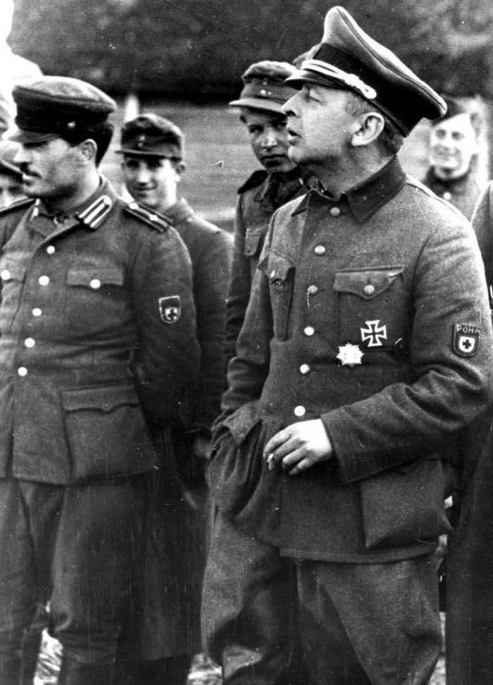Kamiński (pierwszy z prawej) na zdjęciu z marca 1944 roku (Bundesarchiv/Wehmeyer/CC-BY-SA 3.0).