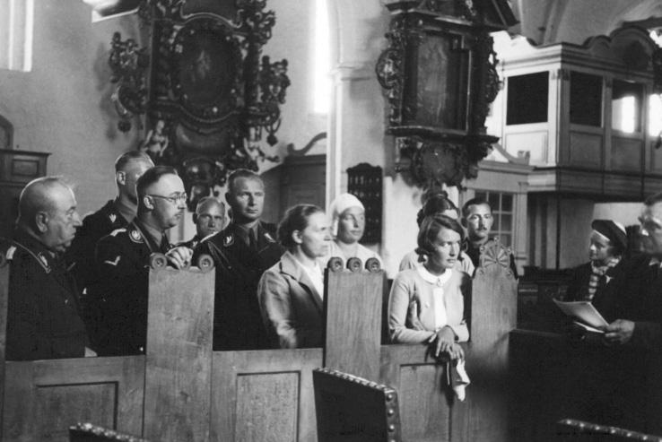 Karl Maria Wiligut (pierwszy z lewej) w murach średniowiecznego kościoła