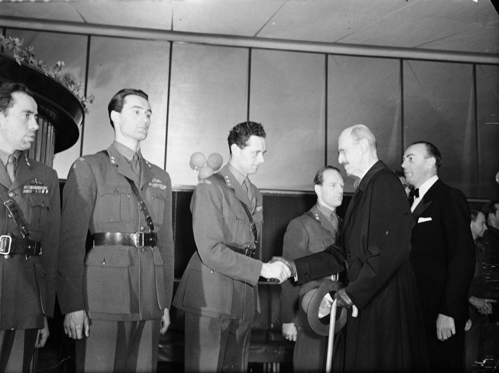 Knut Haukelid (pierwszy z lewej) na zdjęciu wykonanym w lutym 1948 roku (Leif Ørnelund/CC BY-SA 4.0).