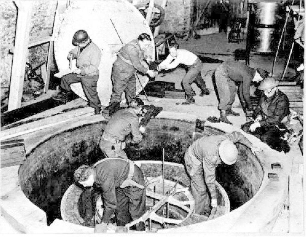 Kurt Diebner nie miał wątpliwości, że zniszczenie zasobów ciężkiej wody było ciosem dla niemieckiego programu atomowego. Na zdjęciu z końca kwietnia 1945 roku alianccy żołnierze w trakcie inspekcji eksperymentalnego niemieckiego reaktora jądrowego (Malcolm Thurgood/domena publiczna).