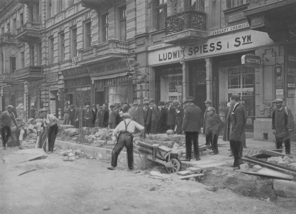 Łódzka ulica na zdjęciu z końca lat 20. XX wieku. Jak widać nie brakuje reklam (domena publiczna).