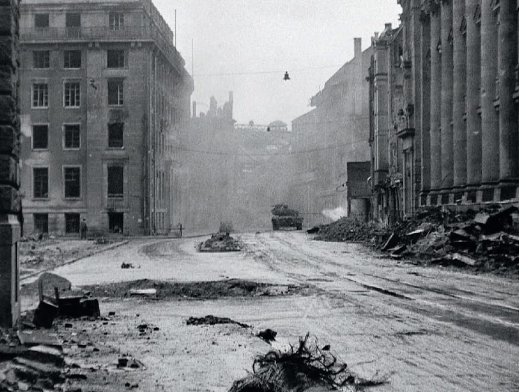 Moment, w którym pershing strzela do pantery Bartelbortha Zdjęcie z książki Szpica (National Archives/materiały prasowe).