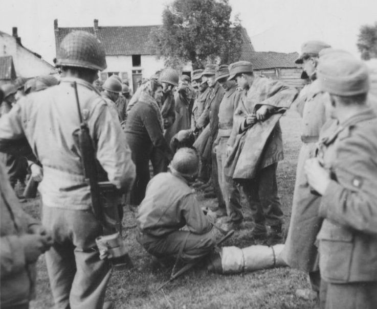 Niemieccy żołnierze wzięci do niewoli pod Mons (domena publiczna).