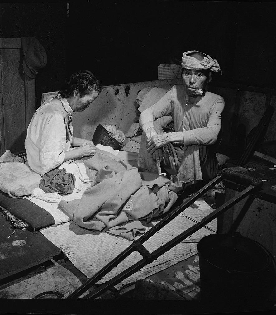 Ocaleli z wybuchu bomby atomowej w Hiroszimie na zdjęci z września 1945 roku (domena publiczna).