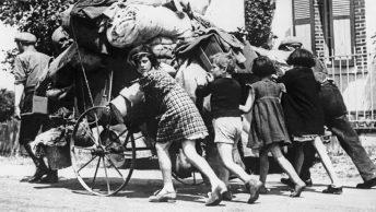 Paryżanie uciekający z miasta przed niemiecką inwazją. Fotografia z 1940 roku