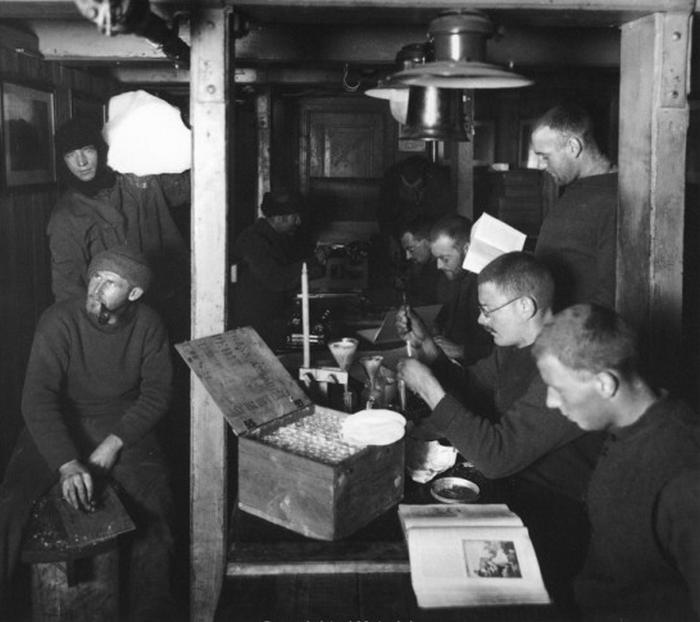 Perce Blackburow stoi pierwszy z lewej (Frank Hurley/domena publiczna).
