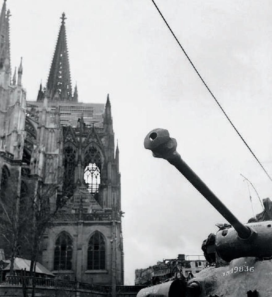 Pershing pełni wartę przed kolońską katedrą. Zdjęcie z książki Szpica (National Archives za pośrednictwem Darrena Neely'ego/materiały prasowe).
