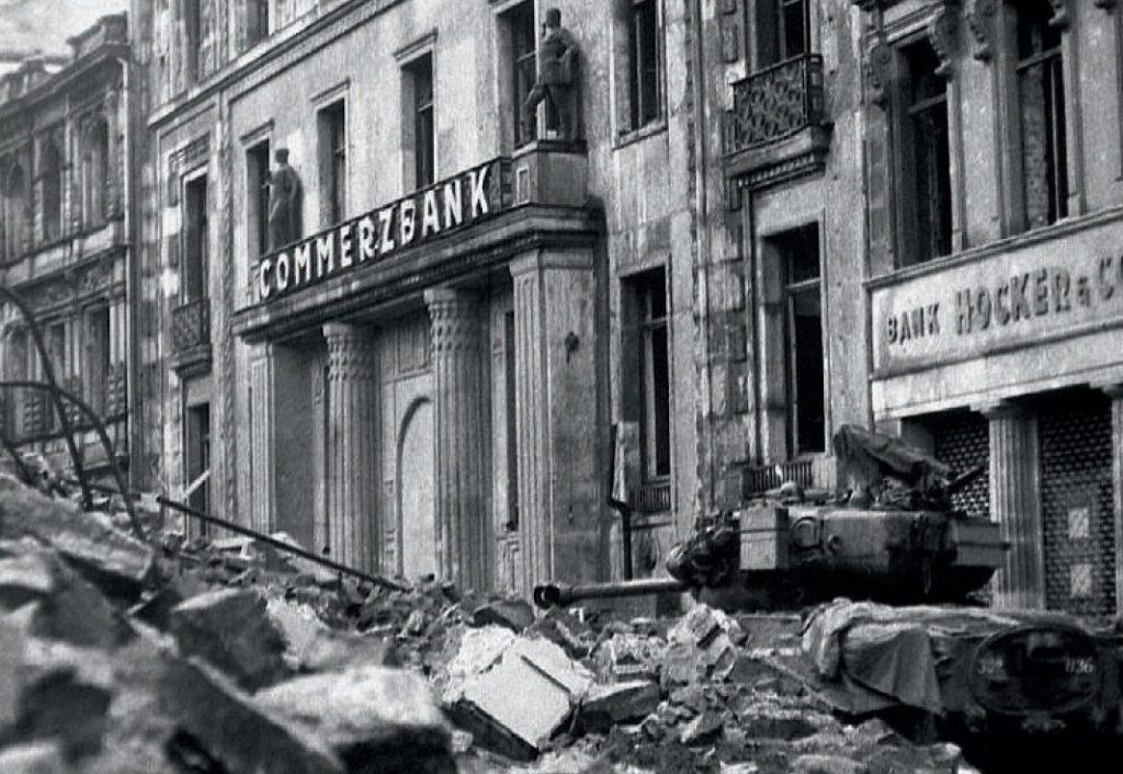 """Pershing posuwa się """"kolońską Wall Street"""", aby stoczyć pojedynek z panterą. Zdjęcie i podpis z książki Szpica (National Archives/materiały prasowe)."""
