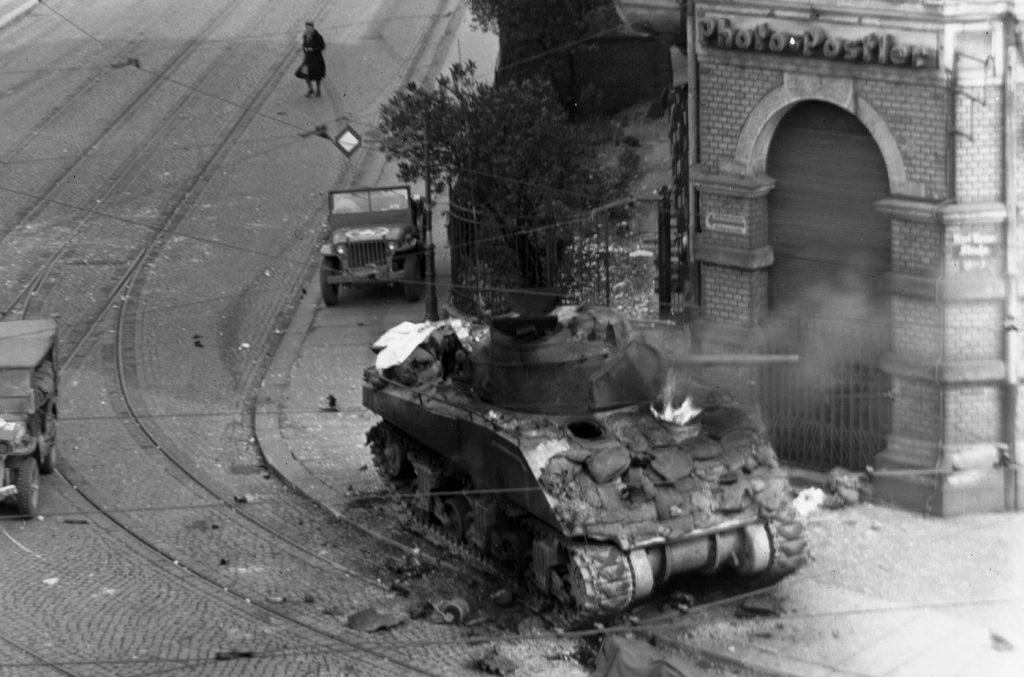 Płonący sherman, zniszczony w trakcie walk o Lipsk. Kwiecień 1945 roku (domena publiczna).