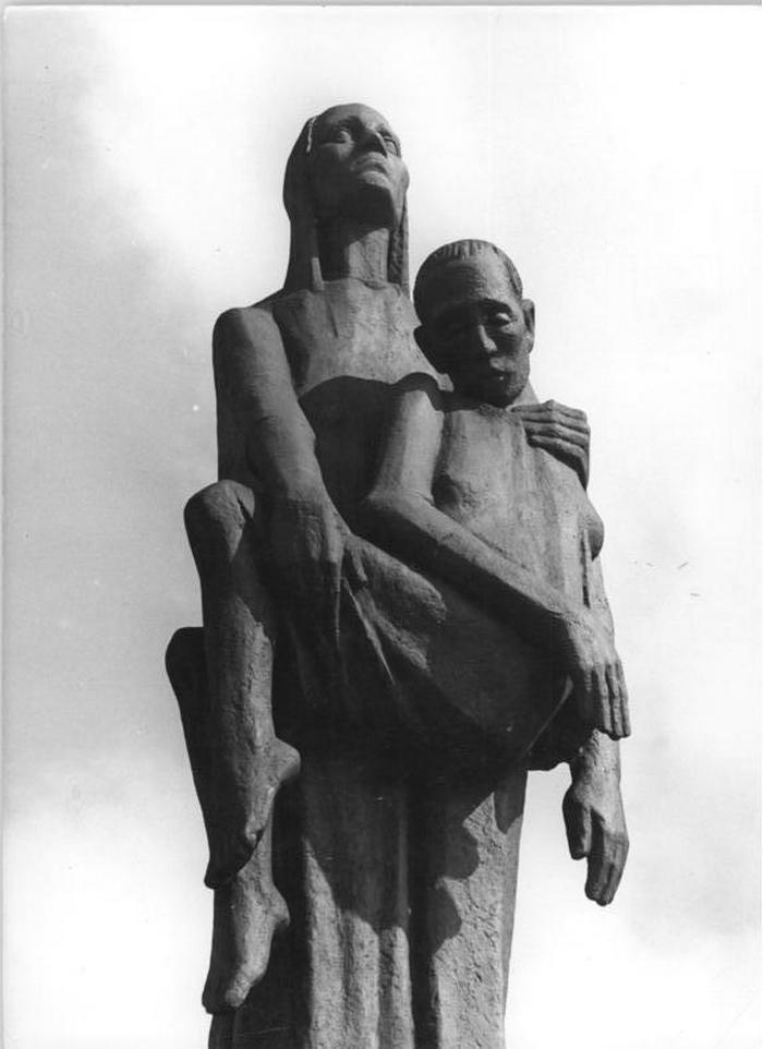 Pomnik autorstwa Willego Lammerta upamiętniający ofiary KL Ravensbrück (Bundesarchiv/Peter Heinz/CC-BY-SA 3.0).