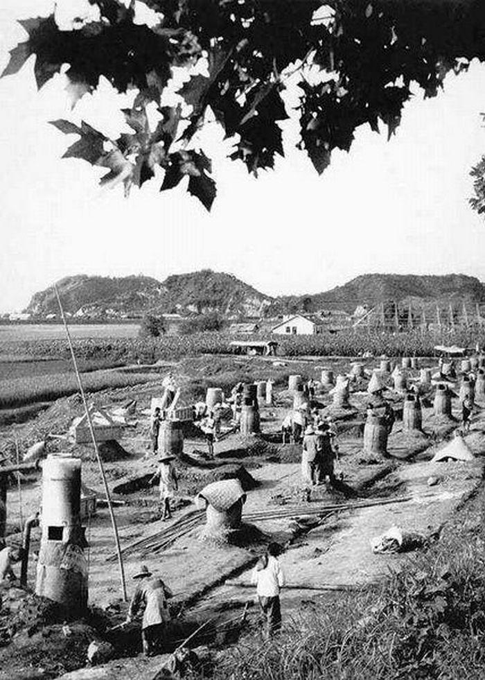 Prymitywne piece dymarkowe wyrastały w całych Chinach jak grzyby po deszczu (domena publiczna).