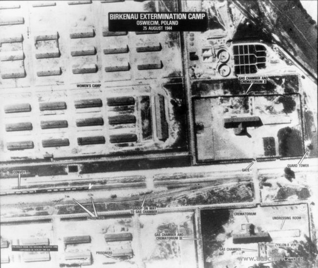Zdjęcie lotnicze z 25 sierpnia 1944 r. Widoczna zachodnia część rampy wyładowczej w obozie Birkenau, krematoria II i III oraz fragment obozu kobiecego