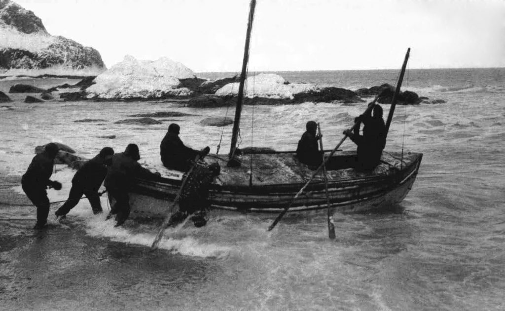Shackleton wyruszający na Georgię Południową po pomoc dla swojej załogi uwięzionej na Wyspie Słoniowej (Frank Hurle/domena publiczna).