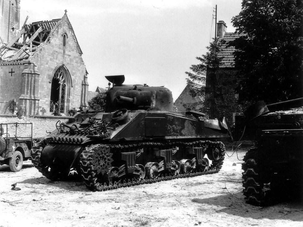 Sherman zniszcozny przez Niemców w trakcie walk w Normandii (domena publiczna).