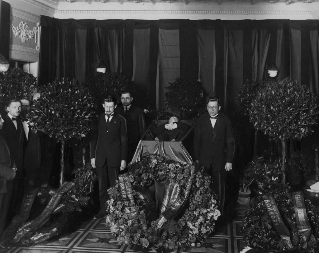 Trumna ze zwłokami Piotra Wojkowa w trakcie uroczystości pogrzebowych (domena publiczna).