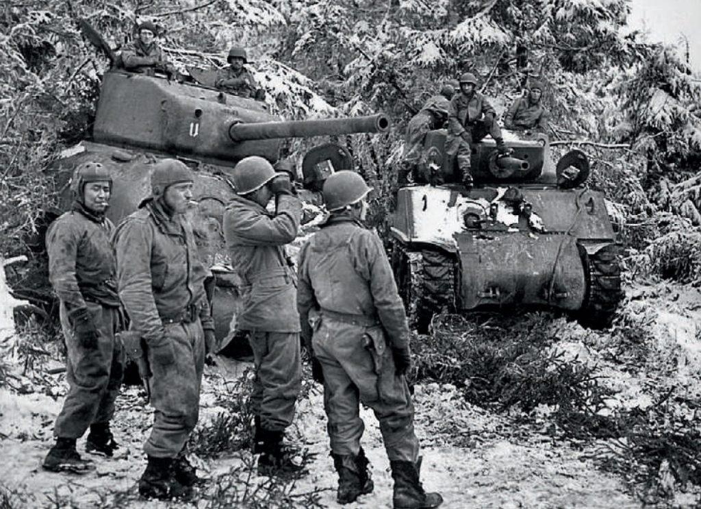 W trakcie walk w Ardenach 3. Dywizja Pancerna poniosła ciężkie straty. Na zdjęciu shermany i ich załogi. Ilustracja z książki (materiały prasowe).