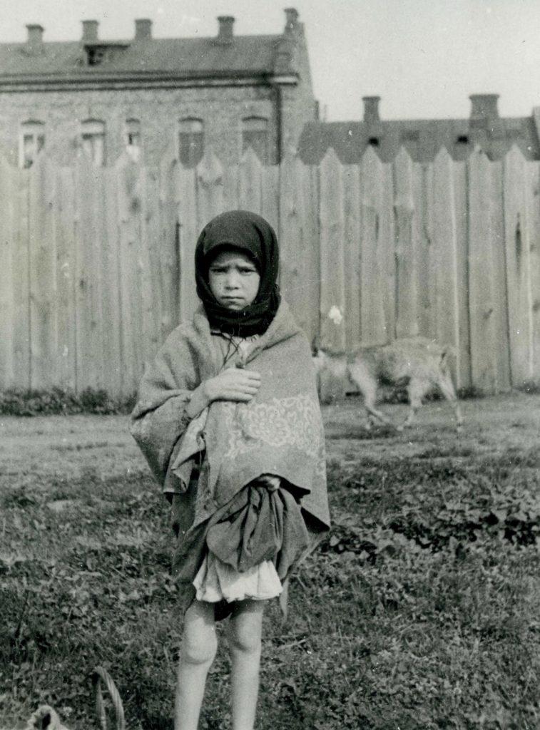 Wychudzona ukraińska dziewczynka na zdjęciu wykonanym w Charkowie w 1933 roku (Alexander Wienerberger/domena publiczna).