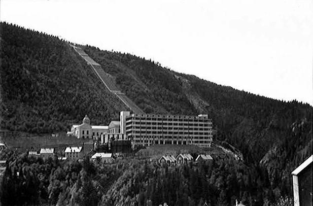 Zakłady chemiczne Norsk Hydro na zdjęciu z połowy lat 30. XX wieku (Anders Beer Wilse/domena publiczna).