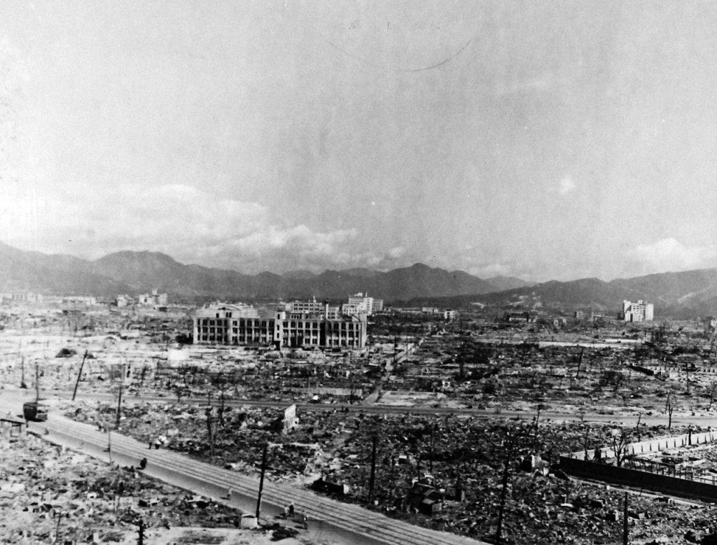 Zdjęcie wykonane w październiku 1945 roku pokazujące skalę zniszczeń, jakie spowodował wybuch bomby atomowej w Hiroszimie (domena publiczna).