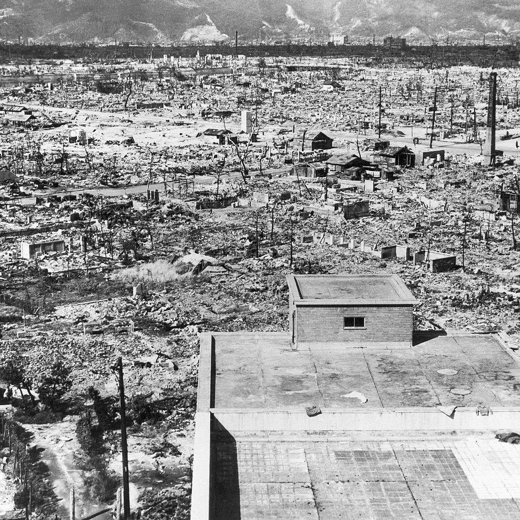 Zdjęcie wykonane z dachu budynku szpitala Czerwonego Krzyża w Hiroszimie pokazujące skalę zniszczeń (domena publiczna).