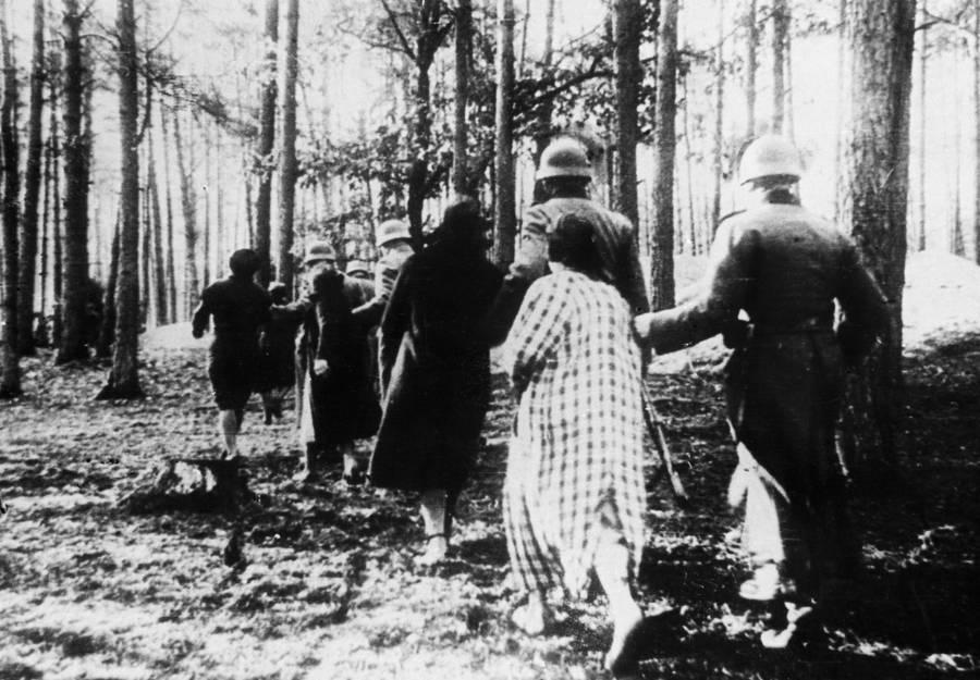 Zdjęcie z 1940 roku przedstawiające kobiety prowadzone przez Niemców na miejsce egzekucji w Palmirach (domena publiczna).