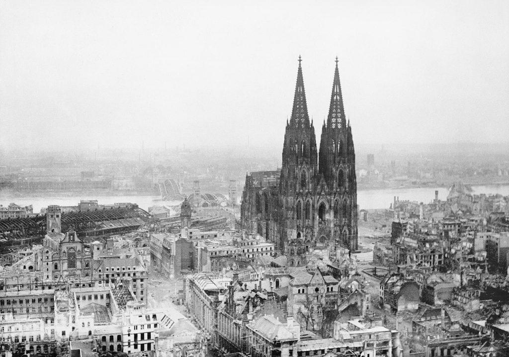 Zrujnowana Kolonia na zdjęciu z marca 1945 roku (Clark/domena publiczna).