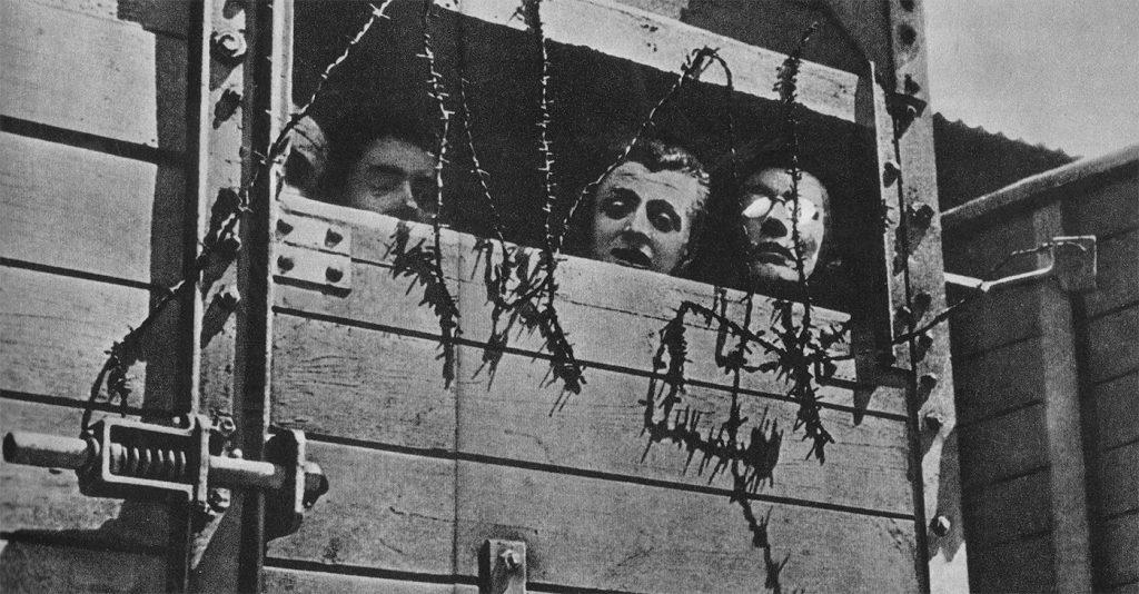 Żydzi w wagonie zmierzającym do obozu zagłady.