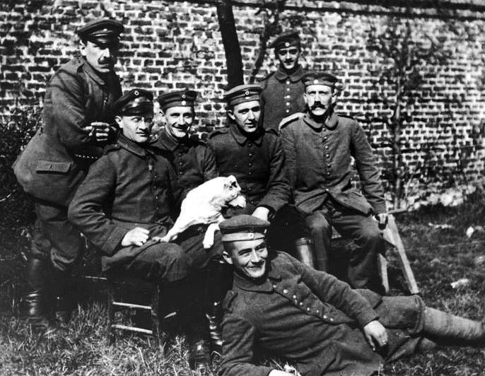 Adolf Hitler (siedzi pierwszy z prawej) na zdjęciu wykonanym na początku sierpnia 1914 roku (Bundesarchiv//CC-BY-SA 3.0).
