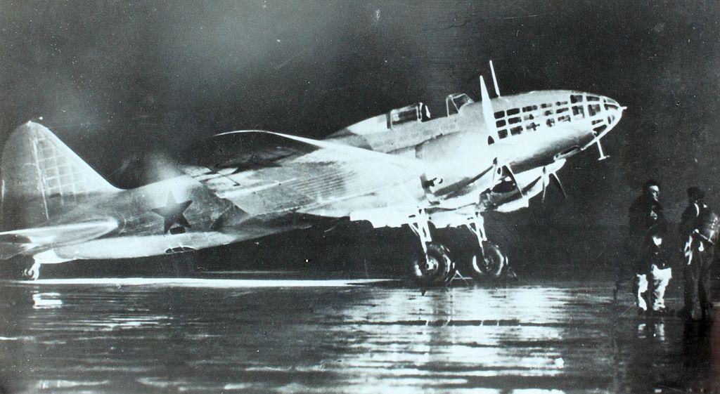 Bombowiec DB-3F (od 1942 przemianowany na Ił-4). Między innymi takich maszyn Sowieci używali do bombardowania Warszawy (domena publiczna).