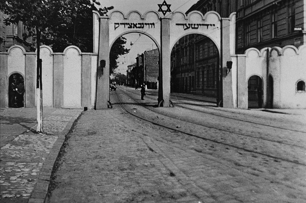 Brigitte Frank z premedytacją wykorzystywała swoją pozycję, aby kupować za grosze cenne przedmioty od Żydów zamkniętych w gettach (domena publiczna).