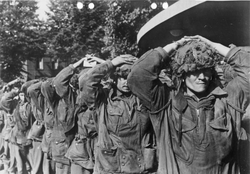 Brytyjscy spadochroniarze wzięci przez Niemców do Niewoli 19 wrzesnia 1944 roku (Bundesarchiv/Erich Wenzel/CC-BY-SA 3.0).