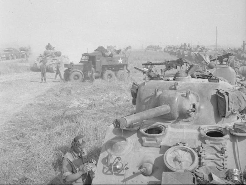 Czołgi 1. Dywizji pancernej na zdjęciu wykonanym 8 sierpnia 1944 roku (domena publiczna).
