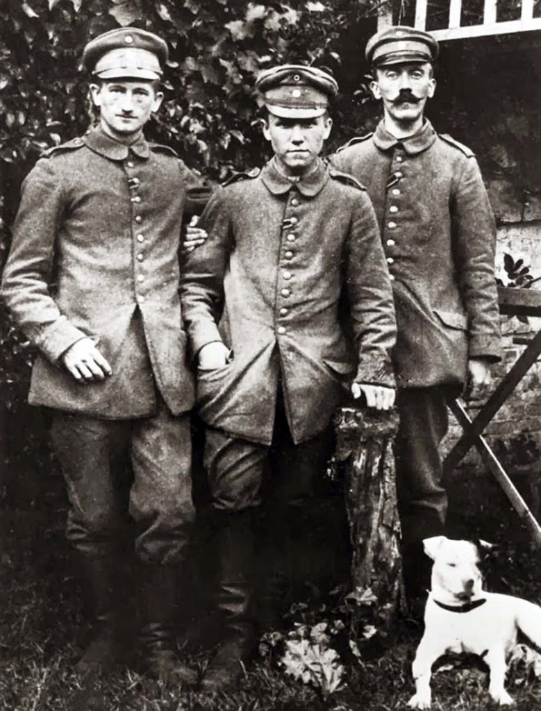 Doktor Kroner twierdzi, że to nie iperyt sprawił, że Hitler stracił wzrok. Na zdjęciu stoi pierwszy z prawej (domena publiczna).