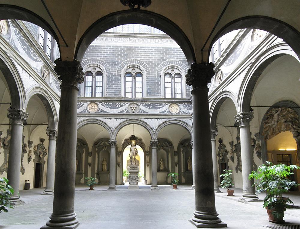 Dziedziniec pałacu Medyceuszy we Florencji