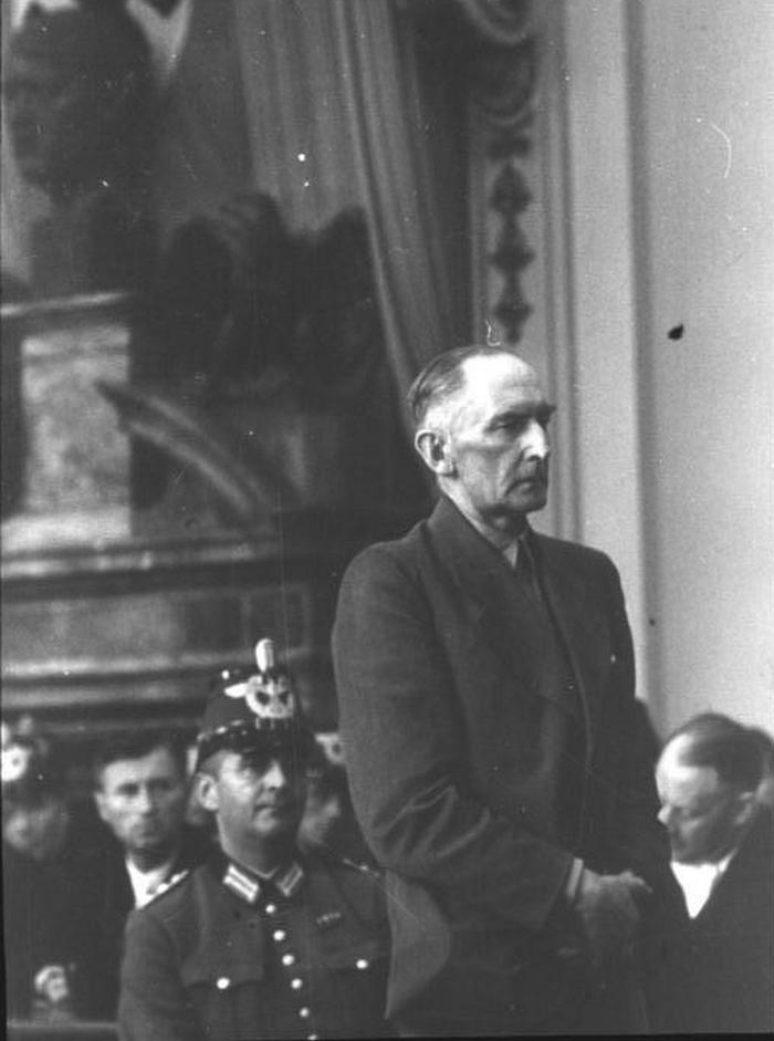 Erwin von Witzleben przed Trybunałem Ludowym (Bundesarchiv/CC-BY-SA 3.0).