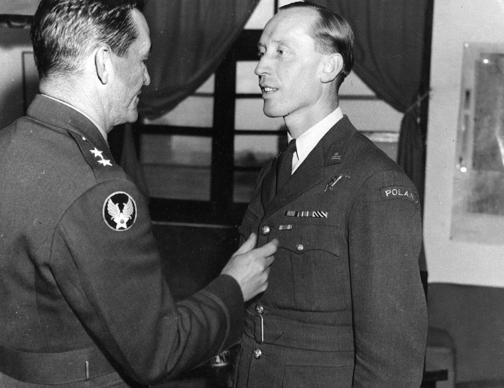 Generał Claire Lee Chennault i Witold Urbanowicz na zdjęciu ze stycznia 1944 roku (domena publiczna).