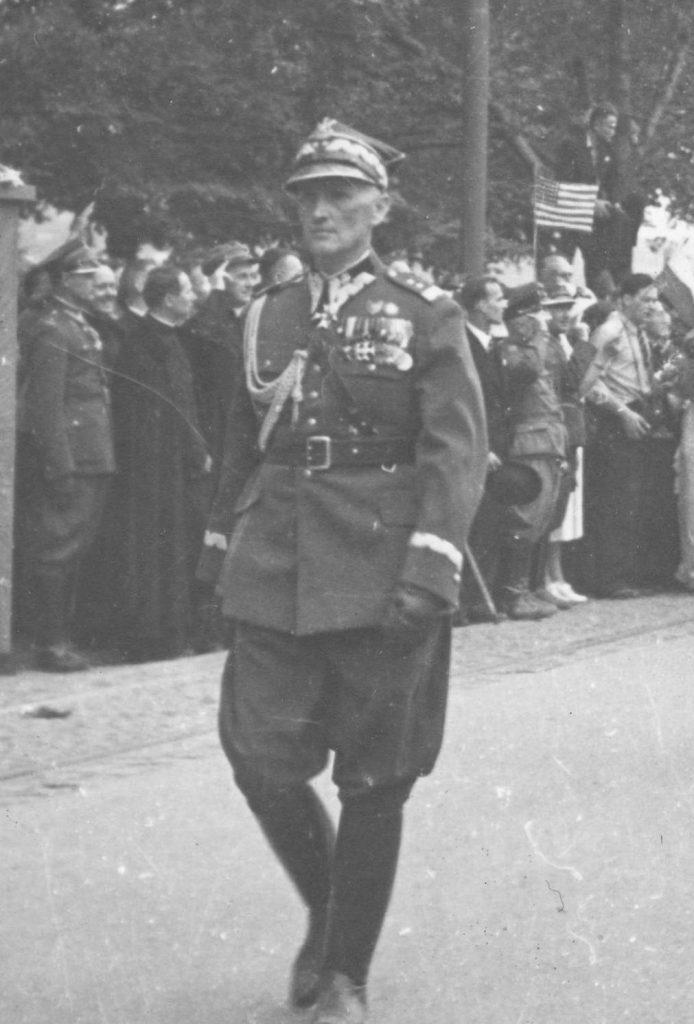 Generał Stefan Dąb-Biernacki na fotografii wykonanej w 1939 roku (domena publiczna).