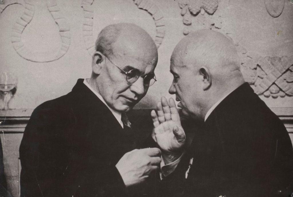 Gomułka i Chruszczow na zdjęciu z 1956 roku (domena publiczna).