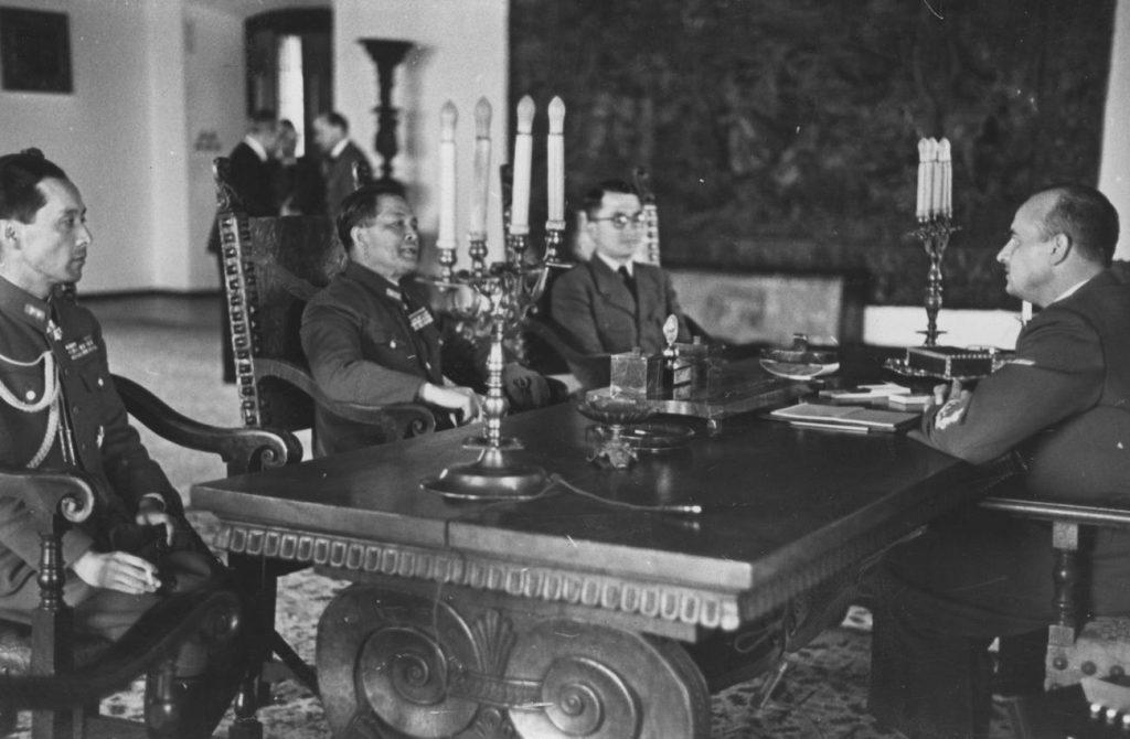 Hans Frank przyjmujący japońskiego ambasadora w swoim gabinecie na Wawelu (domena publiczna).