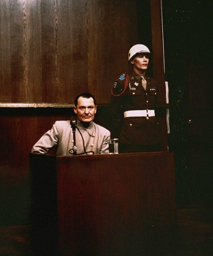 Hermann Göring na zdjęciu wykonanym podczas procesu norymberskiego. Po odstawieniu tabletek były marszałek Rzeszy znacznie schudł (domena publiczna).