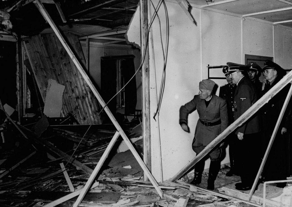 Hitler i Mussolini w baraku, gdzie wybuchła bomba podłożona przez von Stauffenberga (domena publiczna).